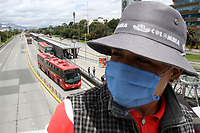 BOGOTÁ - COLOMBIA, 22-05-2020:Usuarios de Transmilenio y vendedres ambulantes durante el aislamiento preventivo obligatorio que mantiene el país  contra la pandemia del Coronavirus .682 muertos y 19.131 contagados último informe del Ministerio de salud ./Transmilenio users and street vendors during the mandatory preventive isolation that the country maintains against the Coronavirus pandemic .682 dead and 19,131 counted last report of the Ministry of health.. Photo: VizzorImage / Felipe Caicedo / Staff