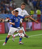 FUSSBALL EURO 2016 VIERTELFINALE IN BORDEAUX Deutschland - Italien      02.07.2016 Emanuele Giaccherini (Italien) vor Thomas Mueller (Deutschland)