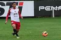 SÃO PAULO, SP, 07 DE OUTUBRO DE 2013 - TREINO SAO PAULO - O jogador Reinaldo, durante treino do São Paulo, no CT da Barra Funda, região oeste da capital, na tarde desta segunda feira, 07.  FOTO: ALEXANDRE MOREIRA / BRAZIL PHOTO PRESS
