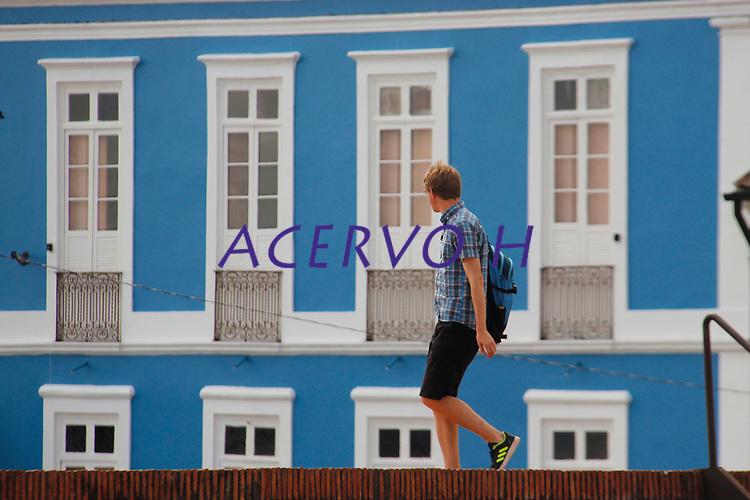 Rapaz caminha sobre as muralhas do Forte do Castelo .<br /> Foto: Ney Marcondes<br /> 17/07/2016.
