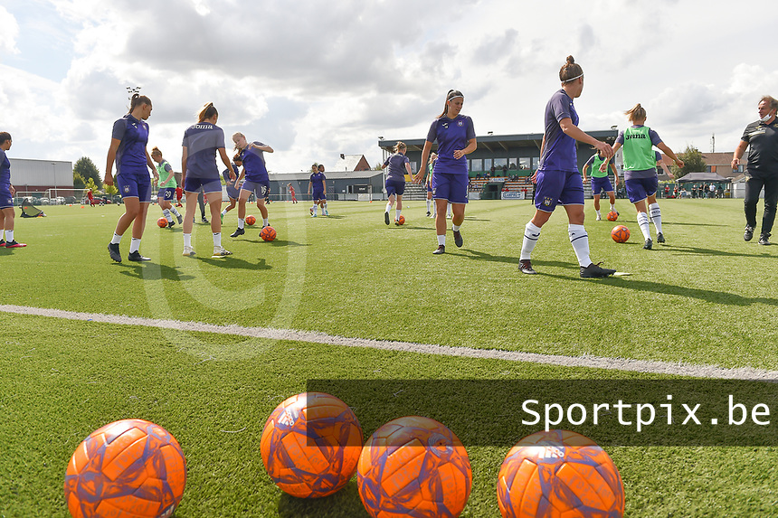 Anderlecht's players pictured during the warming up of a female soccer game between SV Zulte - Waregem and RSC Anderlecht Dames on the second matchday of the 2020 - 2021 season of Belgian Scooore Women s SuperLeague , saturday 5 th of September 2020  in Zulte , Belgium . PHOTO SPORTPIX.BE | SPP | DIRK VUYLSTEKE