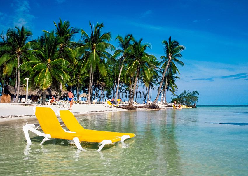 Dominikanische Republik, Punta Cana Beach Resort: Strandliegen stehen im flachen Wasser   Dominican Republic, Punta Cana Beach Resort, beach, deck-chairs in shallow water