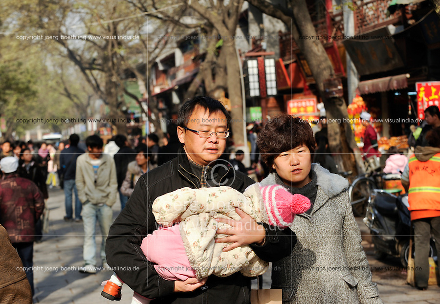 CHINA, Province Shaanxi, city Xian, shopping street , family with one child