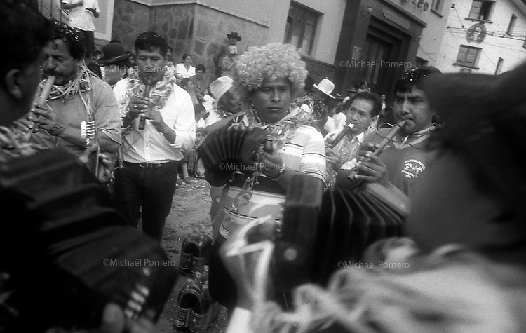 02.2010  Coroico (Bolivia)<br /> <br /> Musiciens en train de jouer dans la rue pendant le carnaval.<br /> <br /> Musicians playing in the street during the carnival.