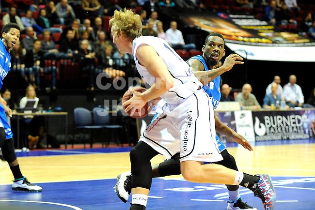 GRONINGEN - Basketbal, Donar - Aris, Dutch Basketballeague, Martiiniplaza, seizoen 2014-2015, 28-10-2014,  Ross bekkering met Maquise Simmons