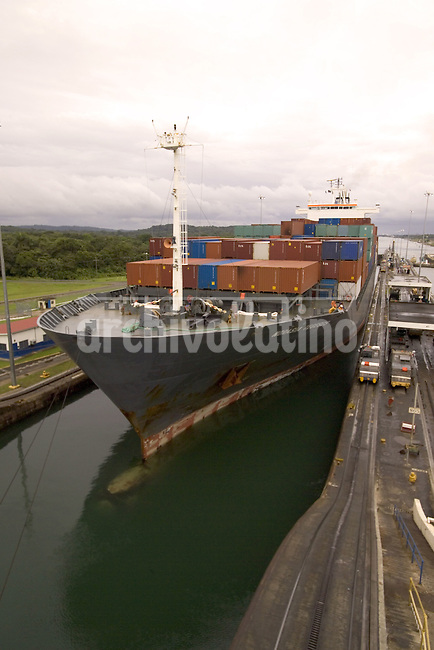 Las exclusas de Miraflores del lado Pacífico del Canal de Panamá. Los barcos que ingresan por alli son elevados 14 metros para navegar por el lago Gatun hasta el Oceano Atlantico.*Miraflores Locks gates in the Pacific end of the Panama Channel . Ships get in there to be elevated 14 meters and be able to sail through Gatun Lake towards the Atlantic Ocean .*Des écluses de Miraflores du côté Pacifique du Canal de panama.