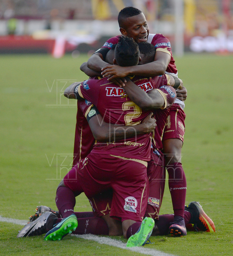 IBAGUE -COLOMBIA, 4-12-2016 . Jugadores del Deportes Tolima celebran su paso a la semifinal de la Liga Aguila al vencer en penaltis  a Patriotas de Boyacá.Acción de juego entre el Tolima y el Patrotas de Boyacá durante encuentro  por los cuartos de final vuelta  de la Liga Aguila II 2016 disputado en el estadio Murillo Toro./ Deportes Tolima players celebrate their passage to the semifinal of the Aguila League by winning on penalties to Patriotas de Boyacá. Game play between the Tolima and the Boyaca championships during a quarter-final match of the Aguila II 2016 League played in the Murillo Toro stadium. Photo:VizzorImage / Juan Carlos Escobar  / Contribuidor