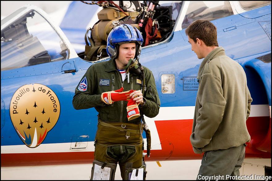 -2008-Salon de Provence- Patrouille de France, retour du vol du capitaine Benjamin Souberbielle. Débriefing avec son mécanicien le Sergent Olivier Romanin.