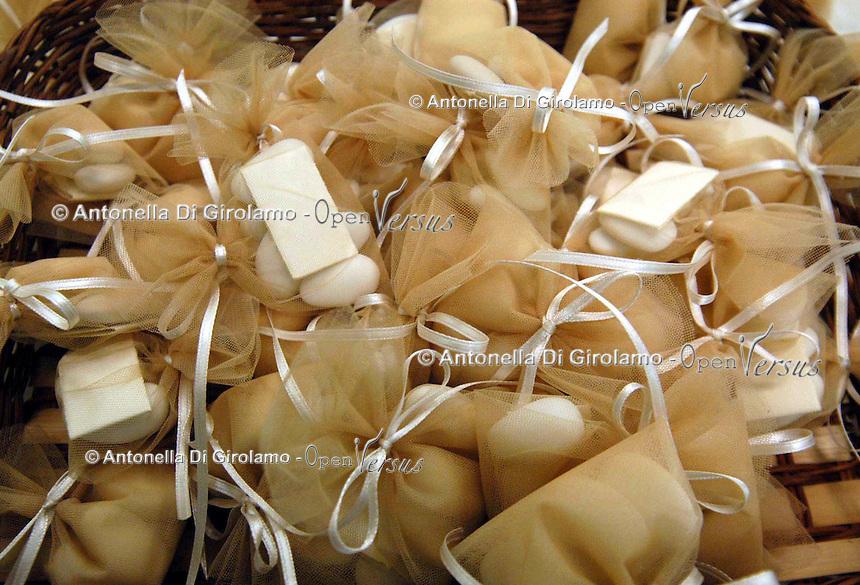 Negozio per il confezionamento di bomboniere, nel quartiere di San Lorenzo, Roma..Shop for packing of bonbonnière, in San Lorenzo, historic district of Rome....