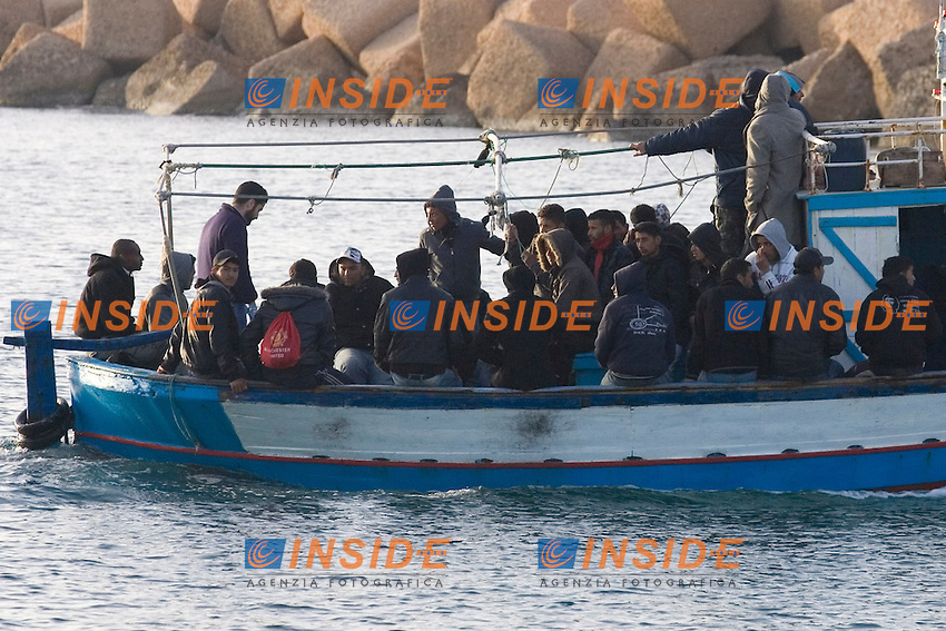 La moto-vedetta della Guardia Costiera recupera un barcone con a bordo circa 30 profughi provenienti dalla Tunisia...Gli immigrati sono stati scortati al molo Favarolo del porto di Lampedusa, dove un autobus li attendeva per accompagnarli al Centro di Accoglienza e Primo Soccorso dell isola...Negli ultimi due giorni sono arrivati sull isola piu di mille profughi...Lampedusa 07 Marzo 2011...Photo Serena Cremaschi Insidefoto..........