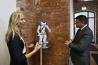 Wissenschaftsminister Boris Rhein mit Roboter Renée Nao und Dekanin Prof. Dr. Ruth Stock-Homburg (TU Darmstadt)