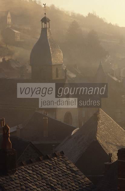 Europe/France/Auvergne/15/Cantal/Murat : Les toits et l'église du village