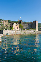 Italy, Veneto, Lake Garda, Torri del Benaco: small harbour at East Bank of Lake Garda - Scaliger Castle | Italien, Venetien, Gardasee, Torri del Benaco: kleiner Hafen am Ostufer des Gardasees - Scaligerburg