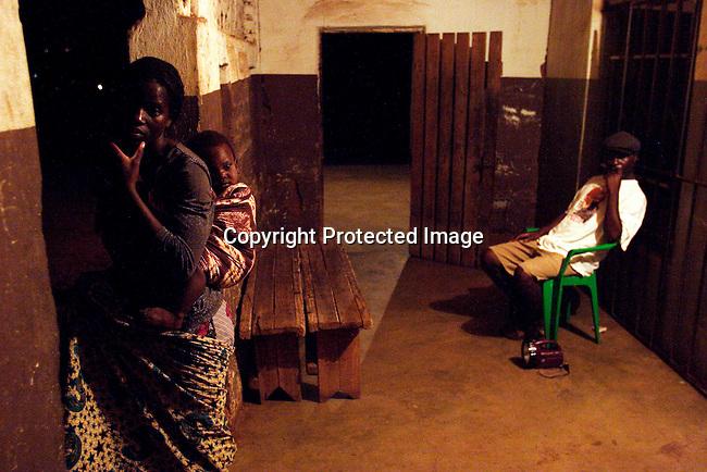 Tambudzai January , 19 ar, med sin 17 manaders dotter Teresa pa en bar i Lonzo, utanfor Blantyre, Malawi. Tambudzai kommer fran en liten by och har tvingats salja sin kropp for att forsorja sina syskon eftersom pappan ar dod och mamman forsvann med en annan man. En kund i bakgrunden betraktar henne. .Photo: Per-Anders Pettersson
