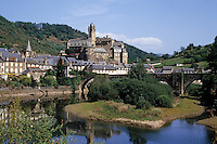 Europe/France/Auvergne/12/Aveyron/Estaing : Le village, le Château de Hauterive (XVeme) et le Lot