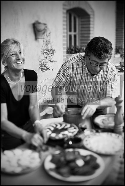 Europe/France/Midi-Pyrénées/82/Tarn-et-Garonne/Saint-Étienne-de-Tulmont: Christian Constant  chez son amie: Françoise Fel prépare sa tarte à la tomate [Non destiné à un usage publicitaire - Not intended for an advertising use]