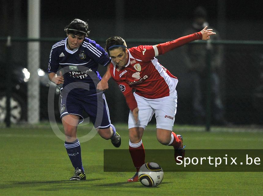 RSC Anderlecht - Standard Femina : Maud Coutereels in duel met Annelies Van Loock (links).foto DAVID CATRY / Vrouwenteam.be