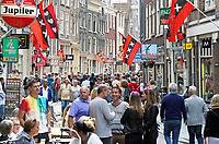 Nederland Amsterdam  2017.  Bezoekers van de Hartjesdag op de Zeedijk in Amsterdam. Tijdens Hartjesdag zijn mannen zijn verkleed als vrouwen en omgekeerd.  Foto mag niet in negatieve context gebruikt worden.   Foto Berlinda van Dam / Hollandse Hoogte