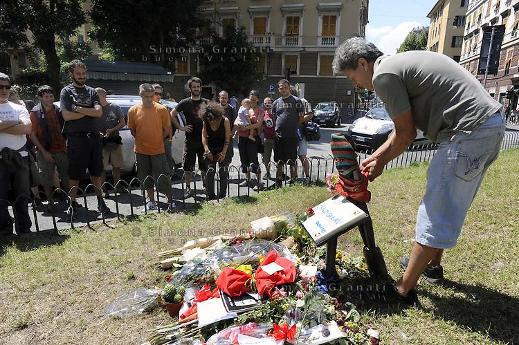 Genova, 23 Luglio 2011.Piazza Alimonda.Dieci anni dopo il G8.Un saluto a   Calrlo Giuliani uccisodai Carabinieri  durante le contestazioni il 20 Luglio 2001..