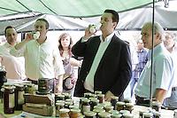 ATENCAO EDITOR: FOTO EMBARGADA PARA VEICULOS INTERNACIONAIS - SAO PAULO, SP, 10 DE NOVEMBRO 2012 - AGENDA GILBERTO KASSAB - O prefeito Kassab  em visita a Feira da Agricultura Limpa e Produtos Orgânicos, na regiao de Moema, zona sul da capital, na manha de sabado, 10   - FOTO LOLA OLIVEIRA - BRAZIL PHOTO PRESS