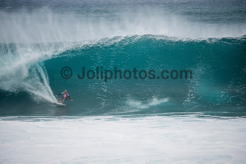BANZAI PIPELINE, Oahu/Hawaii (Saturday, December 13, 2014) Kelly Slater (USA) .- The final stop of the 2014  World Championship Tour, the Billabong Pipe Masters in Memory of Andy Irons, was  called ON today in NW double overhead surf. <br /> Round 1 was completed as the swell continued to rise and the Easterly Trade winds increased in strength. Kelly Slater (USA) kept his World Title hopes alive after winning his heat against Reef MacIntosh (HAW). Jordy Smith(ZAF) was injured when he hit the reef at Backdoor.<br /> Conditions worsen around the end of the Round and the event was first put on hold then postponed for the day.  <br /> <br /> The Billabong Pipe Masters in Memory of Andy Irons will determine this year&rsquo;s world surfing champion as well as those who qualify for the elite tour in 2015. As the third and final stop on the Vans Triple Crown of Surfing Series  the event will also determine the winner of the revered three-event leg.<br /> <br />  Photo: joliphotos.com