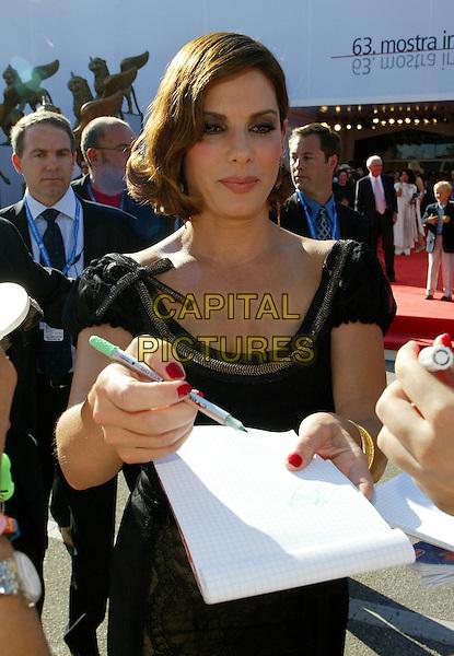 "SANDRA BULLOCK.""Infamous"" Premiere,.63rd Venice Film Festival,.Lido, Venice, Italy, 1st September 2006..half length signing autograph black dress.Ref: DAR.www.capitalpictures.com.sales@capitalpictures.com.©Darwin/Capital Pictures"