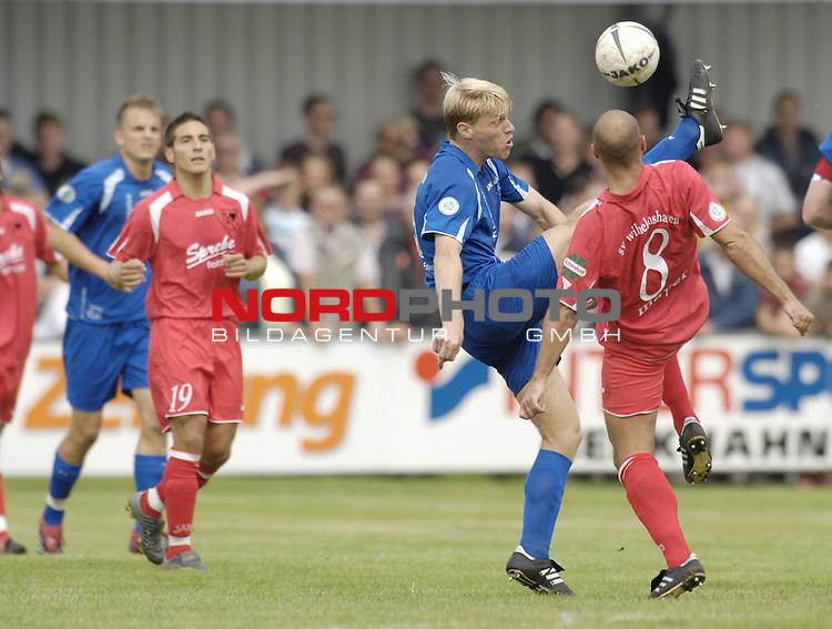 RLN 2006/2007 - 6.Spieltag Hinrunde Kickers Emden - SV Wilhelmshaven 3:1 fŁr Whv<br /> Andreas Meyer (rechts) gegen Arne Tammen<br /> <br /> <br /> <br /> Foto &copy; nordphoto