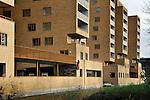 LELYSTAD - In Lelystad legt een medewerker van Friso Bouwgroep de laatste hand aan appartementencomplex De Hanzekade. Het gebouw dat gebouwd is in opdracht van Woonzorg Nederland bestaat uit 90 huur- en 30 koopappartementen en is bedoeld voor de vitale 55-plusser. Onder het complex komen een parkeergarage en een fietsenberging. De appartementen maken onderdeel uit van het Hanzepark. COPYRIGHT TON BORSBOOM