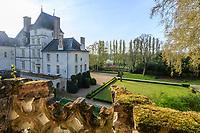 France, Sarthe (72),  Poncé-sur-le-Loir, jardin du château de Poncé en avril, vue depuis la terrasse Caroline
