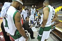 BOGOTA - COLOMBIA - 07-05-2013: Yesid Suarez (Cent.) técnico de Aguilas de Tunja da instrucciones a los jugadores durante  partido mayo 7 de 2013. Piratas y Aguilas de Tunja disputaron partido de la fecha 12 de la fase II de la Liga Directv Profesional de baloncesto en partido jugado en el Coliseo El Salitre. (Foto: VizzorImage / Luis Ramirez / Staff). Yesid Suarez (C) coach of Aguilas de Tunja gives instructions to the players during the match May 7, 2013.  Piratas and Aguilas de Tunja disputed a match for the 12 date of the Fase II of the League of Professional Directv basketball game at the Coliseo El Salitre. (Photo: VizzorImage / Luis Ramirez / Staff)