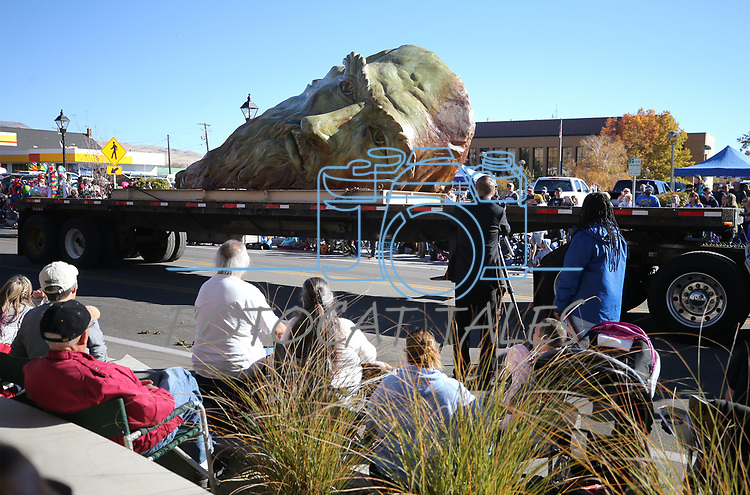 "Mischell Riley's ""Inside the Mind of daVinci"" sculpture moves down Carson Street during the 79th Nevada Day parade in Carson City, Nev., on Saturday, Oct. 28, 2017. <br /> Photo by Cathleen Allison/Nevada Momentum"
