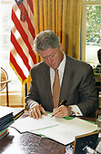 United States President Bill Clinton signs Executive Order No. 10163 in the Oval Office of the White House in Washington, DC on August 6, 1996. The order established the Armed Forces Reserve Medal for award to members and former members of the reserve components of the armed forces of the United States<br /> Mandatory Credit: Robert McNeely / White House via CNP