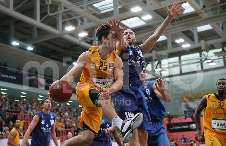Basketball  1. Bundesliga  2015/2016  Hauptrunde  5. Spieltag  25.10.2015 Walter Tigers Tuebingen - Crailsheim Merlins Jesse Sanders (li, Tigers) gegen Michael Jost (re, Crailsheim Merlins)