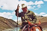 Der Weg zum Sommerlager. Im Tien-Shan-Gebirges an der Grenze zwischen Kasachstan und Kirgistan, treiben die letzten Nomaden Kirgisistans ihre Tiere auf die Sommerweiden. / The way to summer camp. In the Tien Shan mountains on the border between Kazakhstan and Kyrgyzstan, driving the last Kyrgyz nomads their animals to summer pastures..
