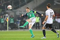 Stephen Davis (Nordirland, Northern Ireland) schlägt den Ball weg - 11.10.2016: Deutschland vs. Nordirland, HDI Arena Hannover, WM-Qualifikation Spiel 3