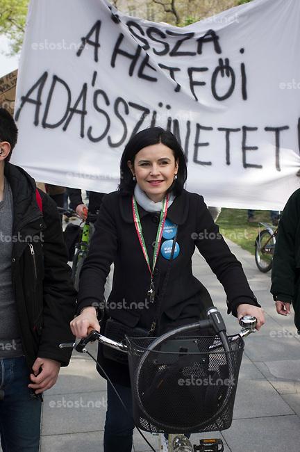 UNGARN, 22.04.2017, Budapest - V. Bezirk. Die Spasspartei MKKP, &quot;Partei der doppelschwaenzigen Hunde&quot;, ruft zum Satire-Protest gegen die von der Fidesz-Regierung betriebene Putinisierung Ungarns. Es wird eine unerwartete Grossdemonstration mit tausenden Teilnehmern. Die sozialistische MSZP-Politikerin &Aacute;gnes Kunhalmi gibt sich Muehe, alternativ zu wirken. Sie hat sogar ein Fahrrad gekauft. | The MKKP funparty &quot;Two-tailed dog party&quot; calls for satiric protest against the Fidesz government's putinization of Hungary. The event turns into a large demonstration with thousands of participants. -Socialist MSZP politician Agnes Kunhalmi goes a long way to look alternative, she has even bought a bicycle.<br /> &copy; Martin Fejer/EST&amp;OST