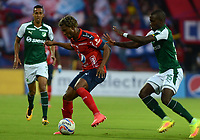 MEDELLÍN - COLOMBIA, 17-02-2018: Didier Moreno (Izq) jugador del Medellín disputa el balón con Kevin Balanta (Der) de Deportivo Cali durante el partido entre Independiente Medellín y Deportivo Cali por la fecha 4 de la Liga Águila I 2018 jugado en el estadio Atanasio Girardot de la ciudad de Medellín. / Didier Moreno (L) player of Medellin vies for the ball with Kevin Balanta (R) player of Deportivo Cali during match between Independiente Medellin and Deportivo Cali for the date 4 of the Aguila League I 2018 played at Atanasio Girardot stadium in Medellin city. Photo: VizzorImage/ León Monsalve / Cont