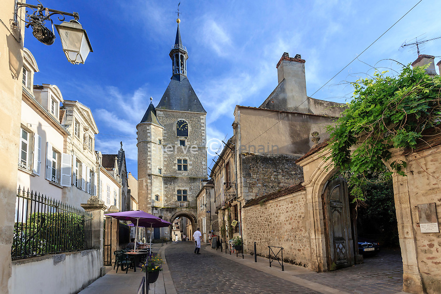 France, Yonne (89), région du Morvan, Avallon, la Grande Rue et la Tour de l'Horloge // France, Yonne, Morvan region, Avallon, Grande Rue and Horloge Tower