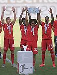 27.06.2020, Fussball: nph00001 1. Bundesliga 2019/2020, 34. Spieltag, VfL Wolfsburg - FC Bayern Muenchen, in der Volkswagen-Arena Wolfsburg. Siegerehrung nach dem Spiel: Der FC Bayern MŸnchen feiert den Gewinn der 30. Deutschen Meisterschaft. Joshua Zirkzee (mi., Bayern MŸnchen) mit der Schale<br /><br />Foto: Bernd Feil/M.i.S./ /Pool/nordphoto<br /><br />Nur fŸr journalistische Zwecke! Only for editorial use! <br /><br />GemŠ§ den Vorgaben der DFL Deutsche Fussball: nph00001 Liga ist es untersagt, in dem Stadion und/oder vom Spiel angefertigte Fotoaufnahmen in Form von Sequenzbildern und/oder videoŠhnlichen Fotostrecken zu verwerten bzw. verwerten zu lassen. DFL regulations prohibit any use of photographs as image sequences and/or quasi-video.    <br /><br />National and international NewsAgencies OUT.