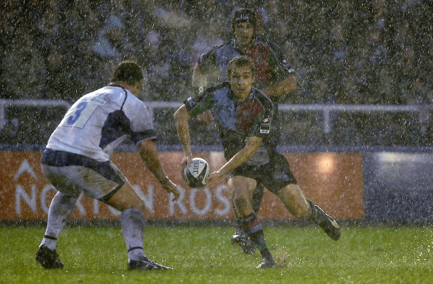 Photo: Richard Lane..NEC Harlequins v Bath Rugby. Guinness Premiership. 06/01/2007. .Quins' Adrian Jarvis attacks in the rain.