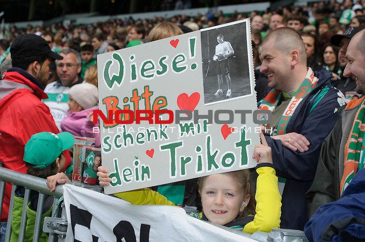 05.05.2012, Weser Stadion, Bremen, GER, 1.FBL, Werder Bremen vs Schalke 04, im Bild<br /> Fans danker den Spielern mit Schildern und Transparenten<br /> // during the Match GER, 1.FBL, Werder Bremen vs Schalke 04,  Weser Stadion, Bremen, Germany, on 2012/05/05<br /> Foto &copy; nph / Kokenge *** Local Caption ***