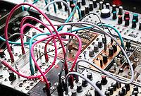 Nederland  Eindhoven  2015 10 25. Dutch Design Week. 9 dagen lang presenteert DDW op 100 locaties processen, experimenten en ideeën, antwoorden en oplossingen van 2400 designers. Muziek bij Error Instruments in het GlasPaviljoen