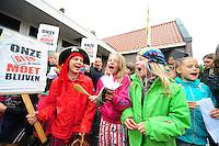 ALGEMEEN: SINT NICOLAASGA: parkeerterrein naast zalencentrum Sint Nicolaasga, 31-05-2012, Manifestatie tegen sluiting bibliotheek St. Nicolaasga, Liedeke (links op de foto, als piraat) heeft zich de afgelopen weken sterk gemaakt voor het behoud van de bieb en de schoolkinderen opgeroepen om zo veel mogelijk verkleed als hun favoriete boekpersonage naar de manifestatie te komen, ©foto Martin de Jong