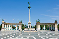 HUN, Ungarn, Budapest, Stadtteil Pest: am Stadtwaeldchen: Heldenplatz mit Milleniumsdenkmal, korinthische Saeule mit Erzengel Gabriel | HUN, Hungary, Budapest, Pest District: Heroes' Square with Millenium monument, Corinthian column with archangel Gabriel