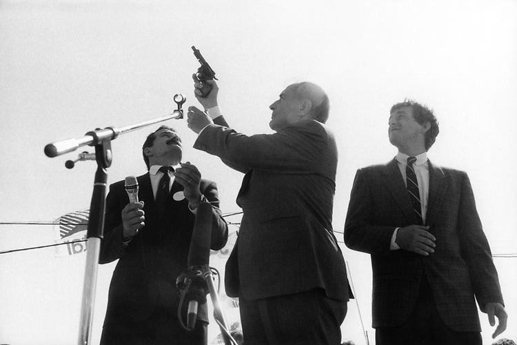 France, Chateaux-Chinon. Francois Mitterrand, President de la Republique francaise donne le depart d'un concours de labours. Juin 1987 - ©Jean-Claude Coutausse / french-politics