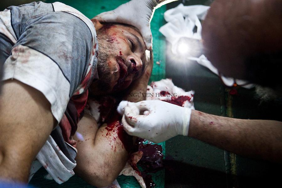 Un homme a été blessé lors d'affrontements avec la police dans la rue Tayaran près de Rabaa et amené à l'hôpital de campagne dans une mosquée. Il mourra quelques minutes plus tard...