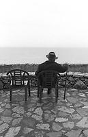 Soldati, Mario. - Scrittore e regista cinematografico (Torino 1906 - Tellaro 1999); educato in un collegio di gesuiti, studiò lettere nell'università di Torino, dove frequentò il gruppo gobettiano. Esordì con un racconto, Salmace (1929), cui seguirono America, primo amore (1935). Tellaro, aprile 1994. © Leonardo Cendamo