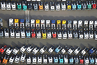 LKW Neu- und Gebrauchtwagen: EUROPA, DEUTSCHLAND, HAMBURG, (EUROPE, GERMANY), 24.10.2015: Angebot Verkauf von neuen und gebrauchten Lastkraftwagen, Export,  Reihe, warten, anstehen, Abtransport, voll, belegt, Parkplatz, Raumnot, Lager, Logistik, CO2, Benzin, Diesel, Treibstoff, Schlange, Daecher,  weiss, bunt, Autos, LKW, aufgereiht, Reihen, hintereinander, warten, Wirtschaft, Luftbild, Luftansicht, Luftaufnahme, Auto, Absatz, Kriese, Parkplatz, Halde,