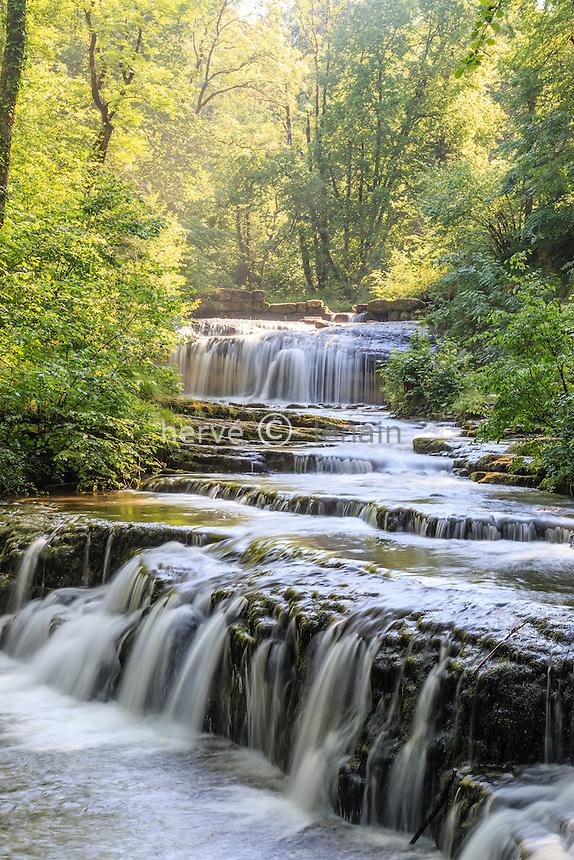 France, Jura (39), Menétrux-en-Joux, cascades du Hérisson, la chute de Château Garnier au loin // France, Jura, Menetrux en Joux, Herisson waterfalls, Chateau Garnier fall far