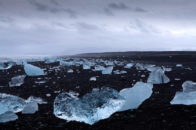 Europa, ISL, Island, Austurland, (dt. Ostland), S&uuml;disland, Hornafj&ouml;r&eth;ur, Vatnaj&ouml;kull, See, Gletschersee J&ouml;kuls&aacute;rl&oacute;n, (dt. Gletscherflusslagune), Eisberge am Strand, Die Eisberge auf dem Gletschersee J&ouml;kuls&aacute;rl&oacute;n stammen vom Gletscher Brei&eth;amerkurj&ouml;kull. An der Gletscherzunge l&ouml;sen sich die Eisberge vom Gletscher. Bei ablaufender Tide werden Eisberge aus der Lagune ins Meer gesp&uuml;lt und teilweise am angrenzenden schwarzen Basaltstrand wieder angeschwemmt. Kategorien und Themen, Natur, Umwelt, Landschaft, Jahreszeiten, Stimmungen, Landschaftsfotografie, Landschaften, Landschaftsphoto, Landschaftsphotographie, Tourismus, Touristik, Touristisch, Touristisches, Urlaub, Reisen, Reisen, Ferien, Urlaubsreise, Freizeit, Reise, Reiseziele, Ferienziele<br /> <br /> [Fuer die Nutzung gelten die jeweils gueltigen Allgemeinen Liefer-und Geschaeftsbedingungen. Nutzung nur gegen Verwendungsmeldung und Nachweis. Download der AGB unter http://www.image-box.com oder werden auf Anfrage zugesendet. Freigabe ist vorher erforderlich. Jede Nutzung des Fotos ist honorarpflichtig gemaess derzeit gueltiger MFM Liste - Kontakt, Uwe Schmid-Fotografie, Duisburg, Tel. (+49).2065.677997, archiv@image-box.com, www.image-box.com]